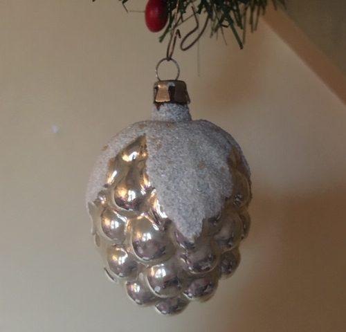 Antieke oude kerstbal vrucht een druiventros van dun geblazen glas in zilver 1e kwart 1900