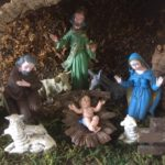 Oude antieke kerststal met grote kerstfiguren van early plastic 1950