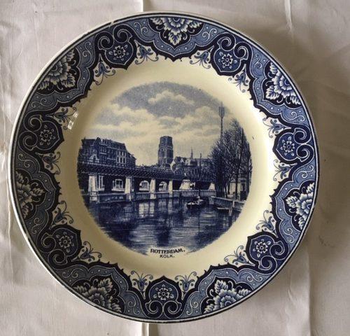 "Rotterdam bord ""de Kolk"" van Soc. Cer. Maastricht  in monochroom blauw 1e helft 1900"