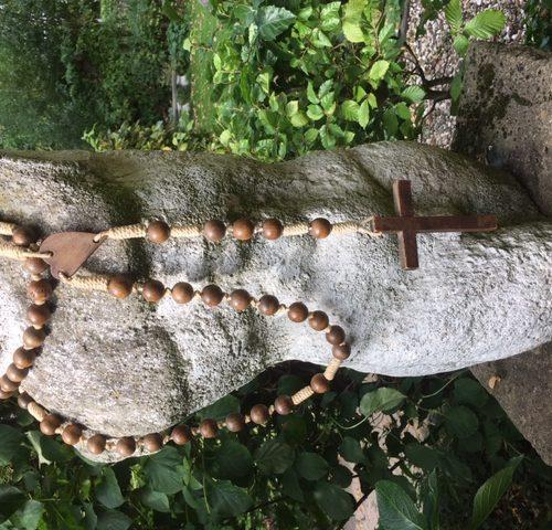 Grote rozenkrans met gepolijste houten kralen en kruis
