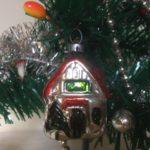 Antiek oud mini kerst huis van dun geblazen glas in rood en groen 1e helft 1900