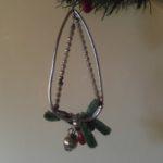 Oude antieke hanger met chenille, besjes en dennenappeltjes uit Gablonz 1925-1950