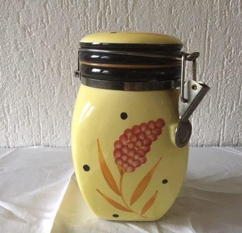 Fifty's koek of voorraadpot van keramiek in geel, roze en zwart met klemdeksel