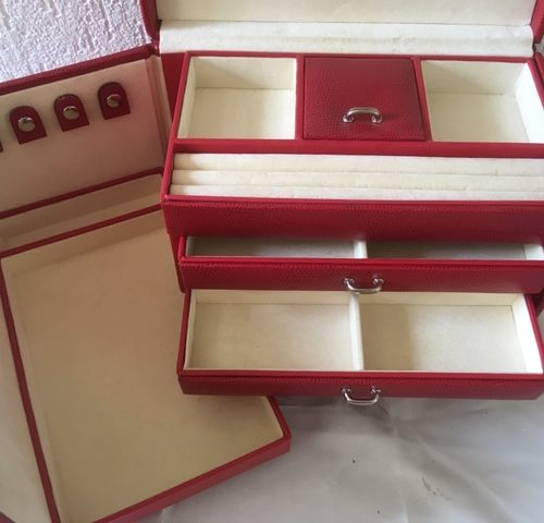 Vintage sieraden, juwelen of bijouteriedoos met veel ruimte van rood faux slangenleer