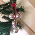 Doos met hanger waaraan 4 zilveren ballen van dun geblazen glas jaren 1950