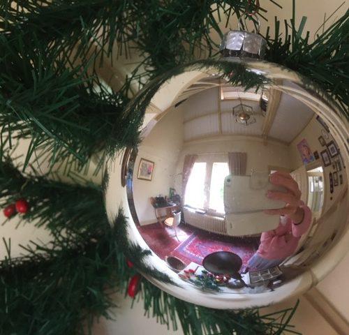 Giga grote oude kerstbal in zilver van dun geblazen glas midden vorige eeuw
