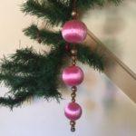 Oude antieke kersthanger van roze satijn en glazen ballen uit Japan 1e helft 1900