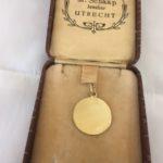 Vintage rond 14 kt. geelgouden hanger een graveerplaatje met bloemtak gegraveerd