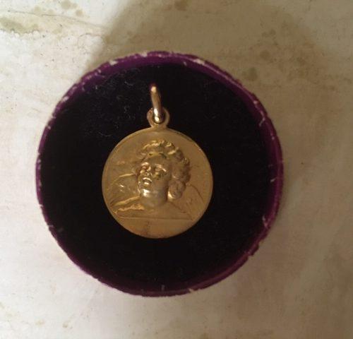 "Franse 18 karaat gouden art-nouveau bedel van Edmond Henri Becker ""ange Raphael""."