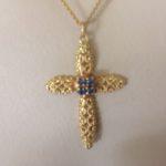 18 karaat geel gouden hanger een kruis met 4 lichtblauwe saffieren