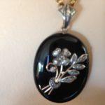 Antiek 18 karaat gouden medaillon met onyx en diamant