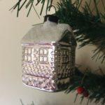 Oude antieke kerstbal een besneeuwd huis van dun geblazen glas in zilver midden 1900