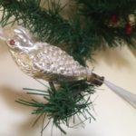 Oude antieke Kerst vogel van dun geblazen glas in zilver en besneeuwd 1e helft vorige eeuw