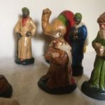 Antieke 20 delige kerstgroep van handgemaakte gipsen figuurtjes 1e helft 1900