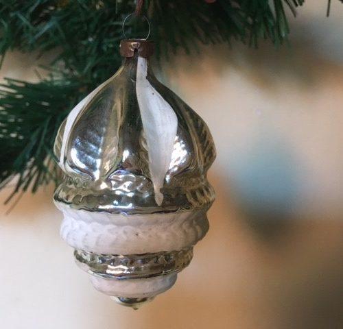 Antieke oude kerstbal van dun geblazen glas een gestyleerde vrucht 1e helft 1900