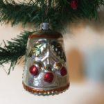 Antieke oude kerstbal een koebel met veel relief van dun geblazen glas 1e kwart 1900