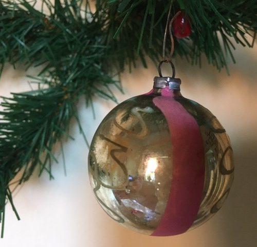 Antieke kerstbal van dun geblazen glas versierd in roze en groen begin 1900