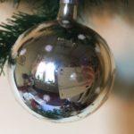 Oude kerstbal van dun geblazen glas in zilver met kerstboom en sneeuwvlokken 3e kwart 1900