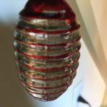 Antieke kerstbal een bijenkorf van vliesdun geblazen glas in helderrood en zilver 1e kwart 1900
