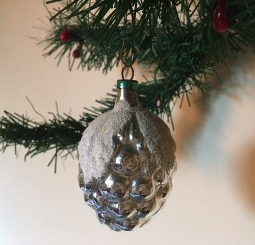 Antieke oude kerstbal een vrucht van dun geblazen in zilver en wit