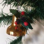 Retro gouden kerstklok van plastic met versiering uit de sixties