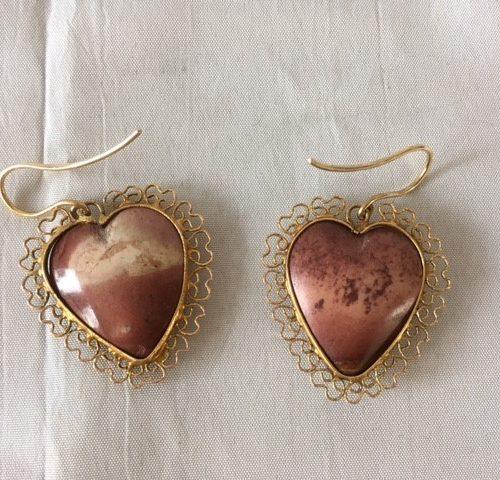 Paar 14 kt. geelgouden oorhangers met hart van Andes opaal