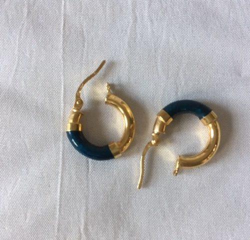 Paar 14 kt. gouden creolen dia. 16 mm. met blauw kunststof-emaille