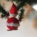 Vrolijke retro kerstman van vilt en chenille 1950-1960