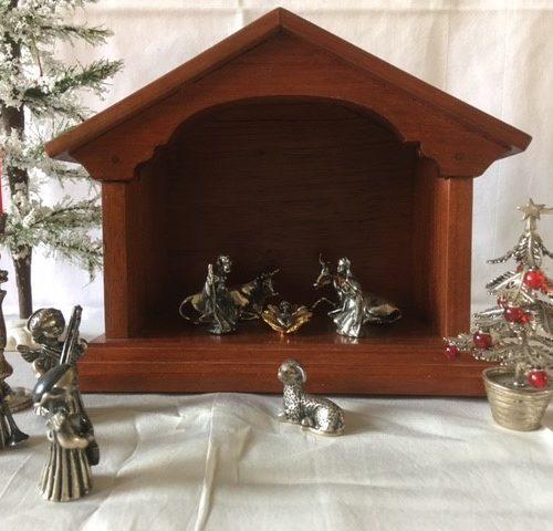 Kerststal mahoniehout met 11 figuren van 1e gehalte zilver