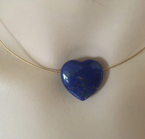 Groot en dik hart van lapis lazuli aan14 kt. geelgouden gedraaid span collier