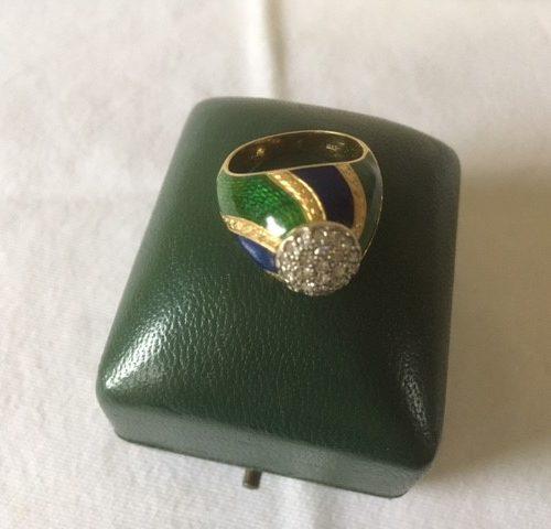 18 kt. geelgouden dome ring met kobalt en groen emaille en 0,5 ct. briljant geslepen diamant.