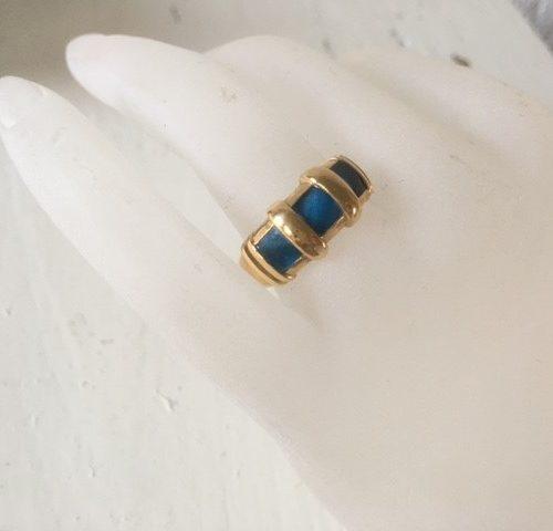 18 kt. geelgouden seventies ring met blauw emaille Frankrijk