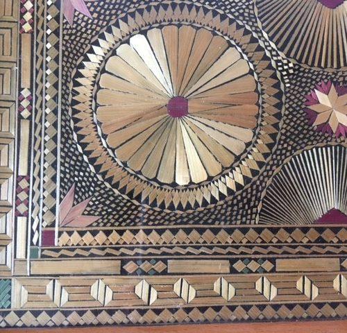 Art-deco dienblad gedecoreerd met geplet en gekleurd stro onder glas 1930