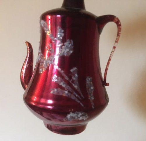 Antieke oude koffiepot van vliesdun geblazen glas in donkerrood rond 1900