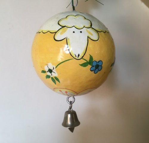 Pasen bal met belletje van papier mache met hand beschilderde schaapjes en bloemen