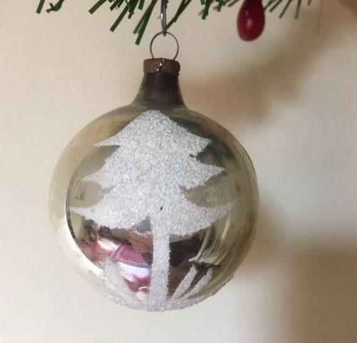 Oude antieke kerstbal van dun geblazen glas in zilver met kerstboom 1e helft 1900