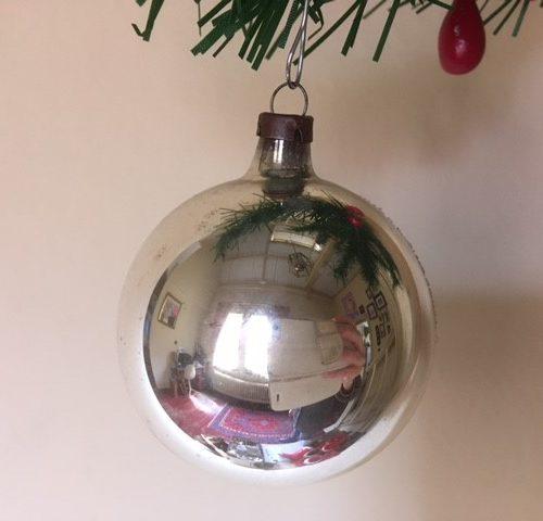 Antieke oude kerstbal een reflex, deuk of kraterbal van dun geblazen glas in zilver en wit 1e helft 1900