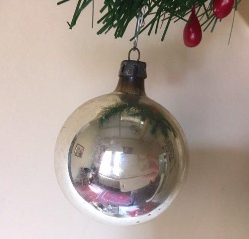 Oude antieke ronde kerstbal van dun geblazen glas in zilver 1e helft 1900