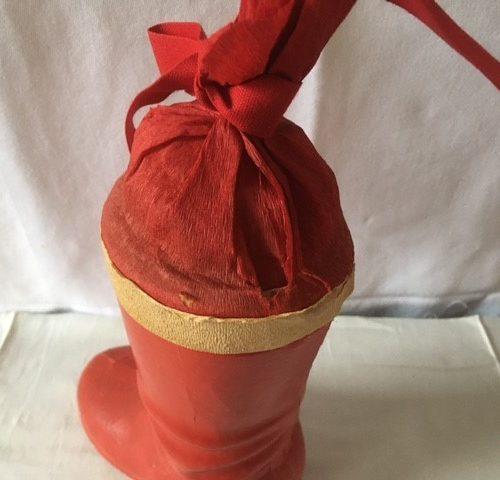 Antieke candy container een rode laars van cardboard of karton en crepepapier midden 1900