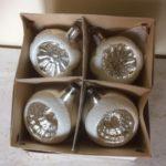 Doosje met 4 krater of deukballen van dun geblazen glas in zilver 1e helft 1900