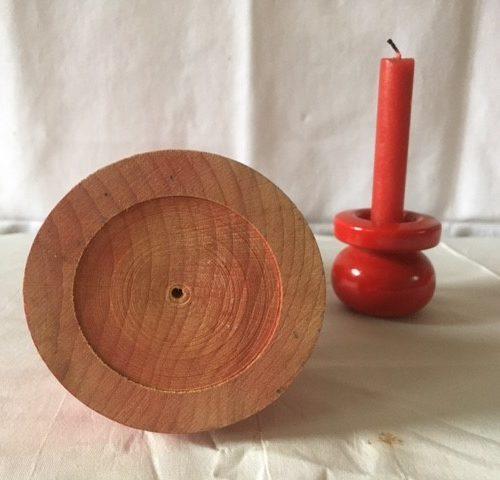 Rode retro 14 cm. hoge Scandinavische houten kandelaar