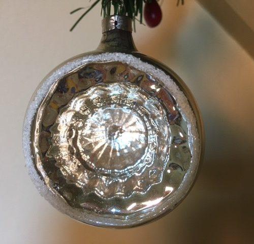 Antieke oude reflex, deuk of kraterbal van dun geblazen glas in zilver 1e helft 1900