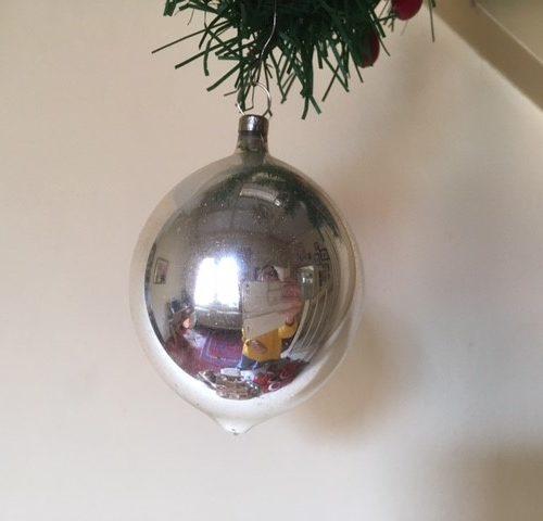 Antieke oude druppel kerstbal van dun geblazen glas met kersttak van zilver midden 1900