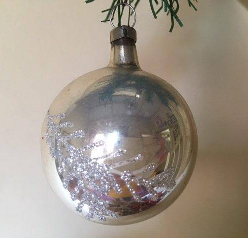Oude kerstbal van dun geblazen glas in zilver met zilveren tak midden 1900