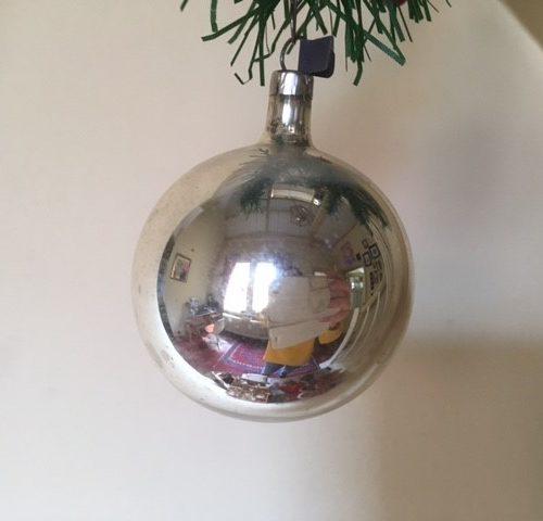 Oude ronde kerstbal van dun geblazen glas met kersttak van zilver midden 1900(zw)