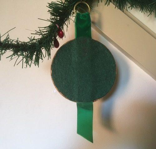 Seventies plaquette met Kerst litho gesigneerd Anneliese aan groen fluwelen band