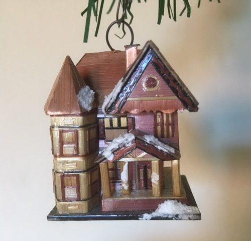 Oud klein huis een bijzondere kerstboom hanger van geplet stro 2e helft 1900