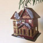 Antiek oude, bijzondere kerstboom hanger een besneeuwd huis van stro 2e helft 1900