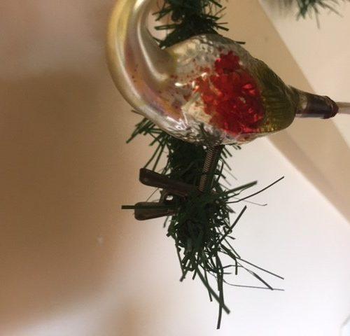 Antieke oude Kerstvogel een zwaan van dun geblazen glas in zilver, rood en mosgroen   1e helft 1900