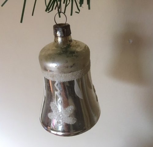 Antieke grote Kerst klok van dun geblazen gepatineerd glas in zilver 1e kwart 1900